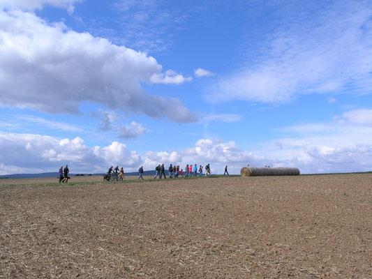 Die Wandergruppe auf dem Weg zu den Hamstern
