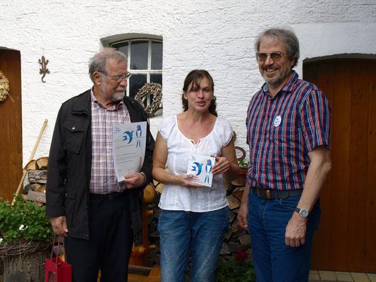 Die NABU-Vertreter Maximilian Burk (li.) und Klaus Spieler gratulieren Frau Möckel