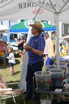 Klaus Spieler erklärt gerne, wie Kompost durch Zugabe von Holzkohle zu terra preta aufgewertet werden kann.