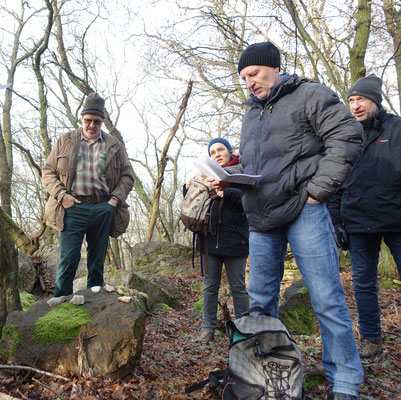 Matthias Möbs hat Steine und Mineralien ausgelegt, um die Geologie des Taunus anschaulich zu machen.