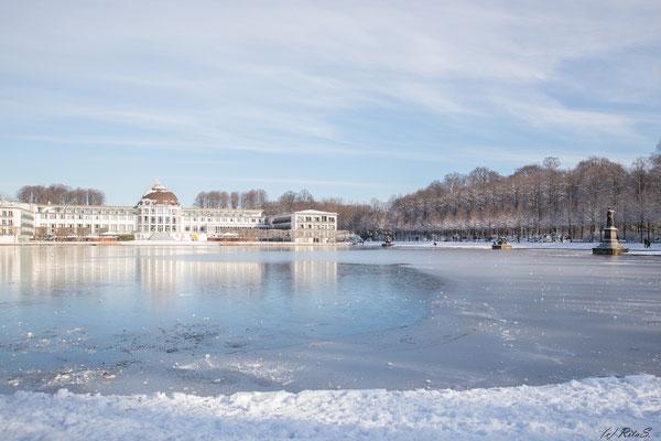Hollersee und Parkhotel mit Eis und Schnee