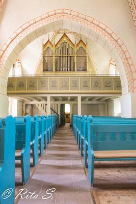 Blick durch den Kirchenraum hinauf zur Orgel...