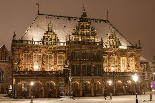 das Rathaus mit Schnee-Dach