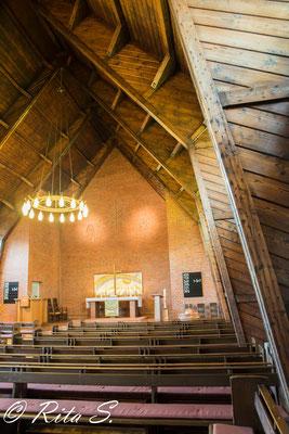 der besondere Baustil der Bartning-Notkirche ist an den Holzstreben zu erkennen.