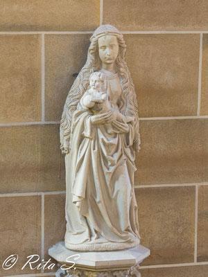 Steinrelief der Mutter Maria mit Jesus im Arm