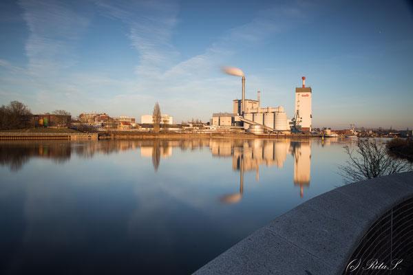 Weserheizwerk mit Spiegelbild am Wesersehr Bremen