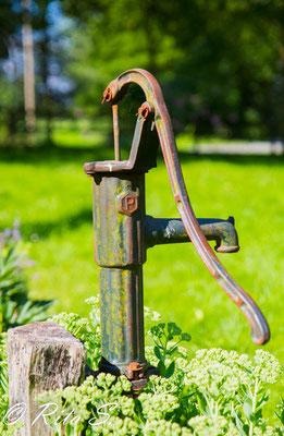 und eine alte Wasserpumpe im Kirchengarten