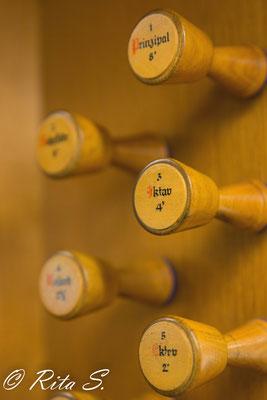 und die Knöpfe für die Register der Orgel