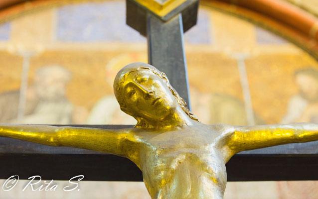 das große Kruzifix auf dem Ostchor von Heinrich Gerhard Bücker