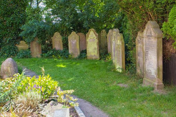 ..und die alten Grabsteine auf dem Friedhof.