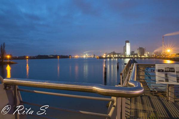 Zur Blauen Stunde am Wendebecken Werfthafen  (Waterfront)