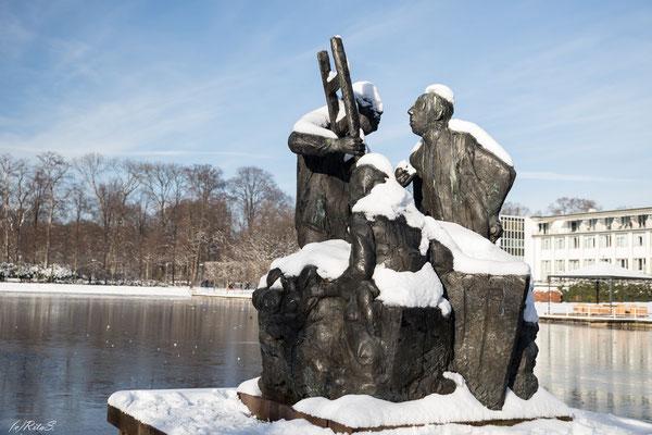Skulptur am Hollersee im Winter