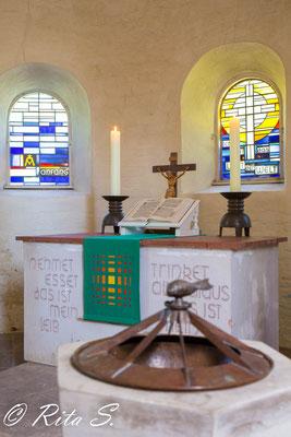 zwei Fenster der Apsis mit Altar.