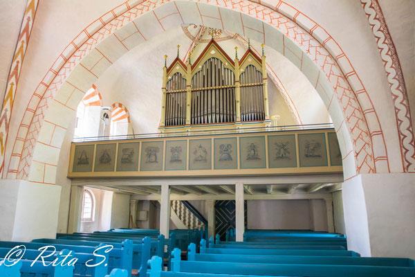 ..Blick über die Bänke zur Orgel