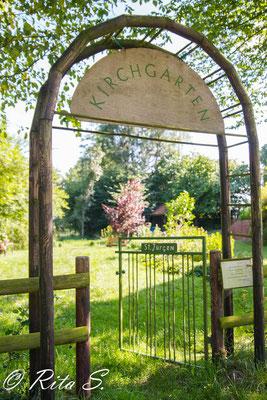 Der Torbogen zum Kirchengarten...