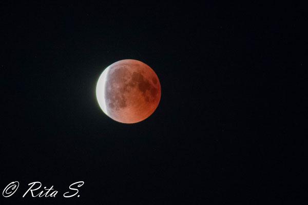 Der Mond verläßt langsam den Schatten der Erde und nimmt seine leuchtende Erscheinung wieder an