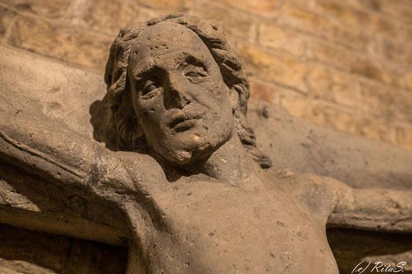 Das ehemalige Kruzifix aus Sandstein, welches einst an der Westfront des Domes hing, bekam einen neuen Platz in der Ostkrypta. Es ist ein Werk der Beldensnyder-Familie Brabender aus der Zeitum 1490