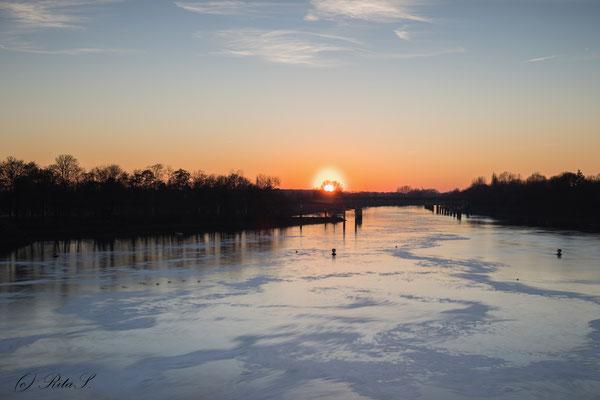 Sonnenuntergang am Bremer Weserwehr