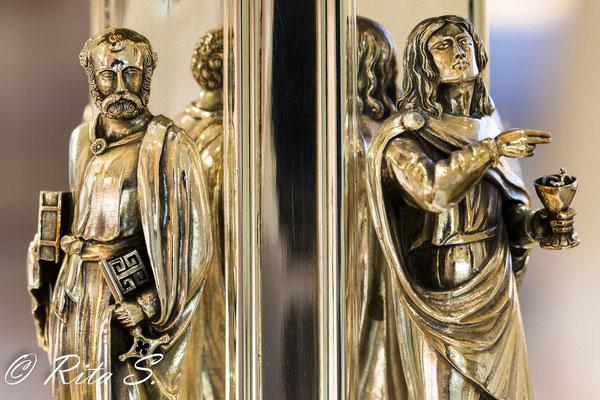 Apostel Petrus und Johannes am silbernen Altarleuchter (im Dom-Museum)
