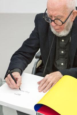 """heijo hangen signiert sein werksverzeichnis """"Malerei 1950 - 2000"""", Foto: Peter Hinschlaeger für Museum Düren"""