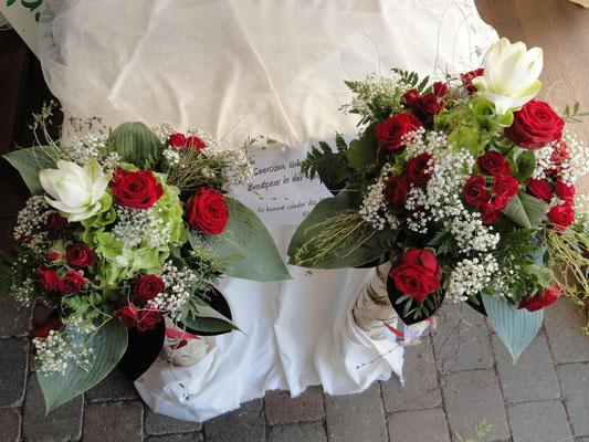 unsere Seerosen als Hochzeitsgesteck auf einem Birkenstamm