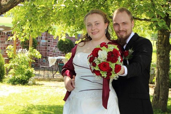 Hochzeitsstrauß im Mittelpunkt eine weiße Curcuma aufgelockert durch Hortensien und Schleierkraut