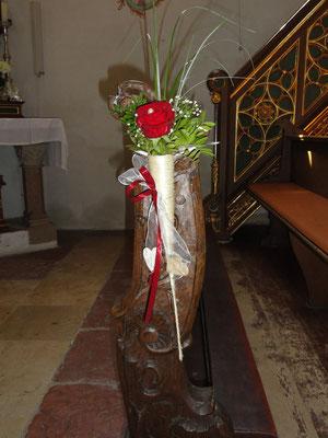 das Motto; rote Rosen und Birken spiegelt sich wieder hier mit kleinen Herzen die an der Schleife herabhängen.