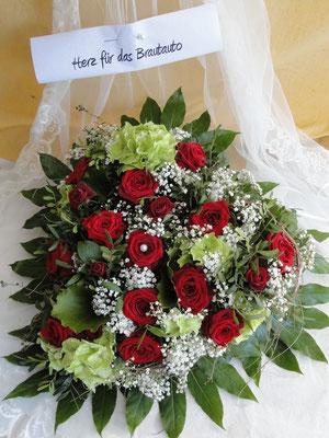 Herzgesteck für das Auto - rote Rosen, aufgelockert mit grünen Hortensien.