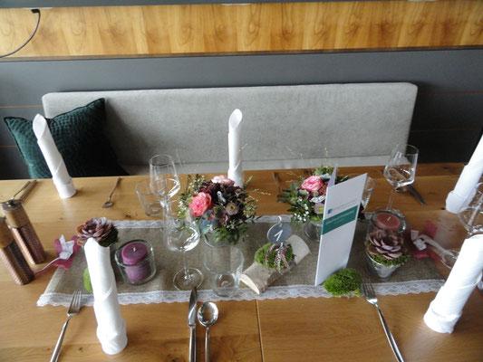 die Tischdeko, 2 Gestecke Französische Hortensie trifft auf Edenrose.
