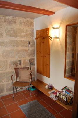 Im Erdgeschoss befindet sich der Eingang mit Garderobe und den Gartenpolstern/Tischdecke.