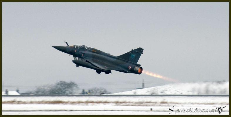 Décollage sur un manteau neigeux d'un MIRAGE 2000D de l'Escadron de chasse 1/3 Navarre