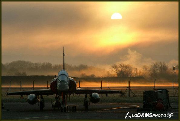 Levé du soleil sur un MIRAGE 2000D dans la brume matinale