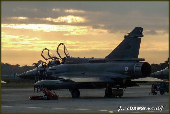 Verrières ouvertes et tout juste débaché, à l'aurore, ce Mirage 2000D est pret à être inspecté par les mécanos