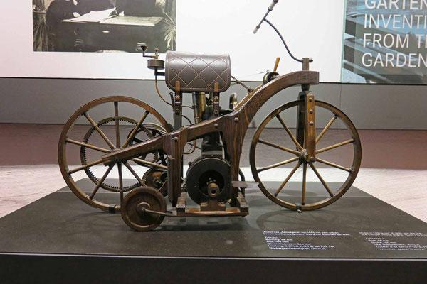 © Traudi - Modell des Reitwagens von 1865 mit dem ersten Einzylinder-Fahrzeugmotor. Das erste Motorrad der Welt. Hub 100 mm, Gesamthubraum 264 cm³, Leistung 0,5 PS,  Höchstgeschwindigkeit 12 km/h