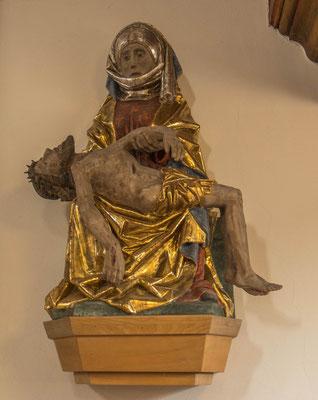 © Traudi - Die holzgeschnitzte Pietà wurde um 1500 wie auch die Ölbergszene  in der Adelberger Klosterwerkstatt geschaffen. Bis 1970 hing sie stark beschädigt im Ölberghäuschen. Sie wurde umfangreich restauriert und kam dann in die Kirche.