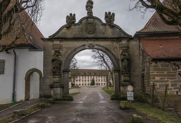 """© Traudi - Das """"Tor zum Himmelreich"""". Oben: Maria, links: der hl. Dominikus, rechts: Katharina von Siena"""