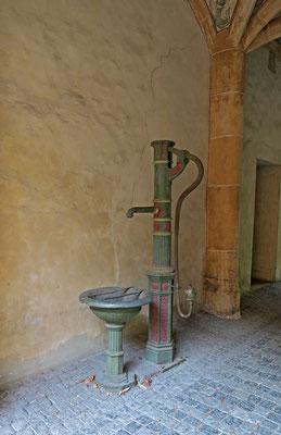 © Traudi - Brunnen im Durchgang zum Innenhof