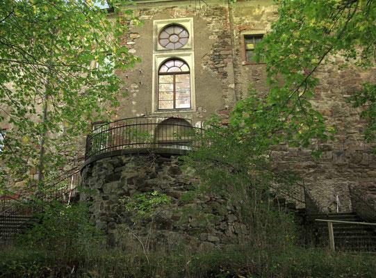 © Traudi  -  Schloss von außen, sehr renovierungsbedürftig
