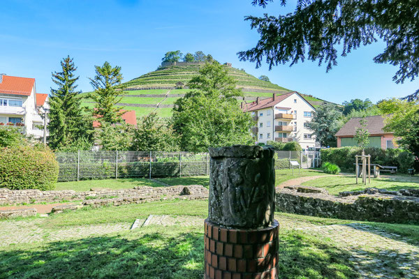 © Traudi - Reste einer Säule des Verbindungsgangs, im Hintergrund die Burgruine Weibertreu
