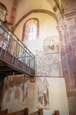 © Traudi - An der Ostwand:  oben Jesus als Weltenrichter, darunter Martitium der Zehntausend aus der Achatiuslegende, unten Petrus und Paulus