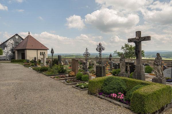 © Traudi  - Pfarrhaus und Aussegnungshalle mit Friedhof