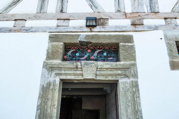 © Traudi - Details wie die reich profilierten Steingewände der Haustüren oder die kunstvoll geschmiedeten eisernen Oberlichtgitter ergeben einen repräsentativ-städtischen Charakter, den man auf dem Land nur selten findet.
