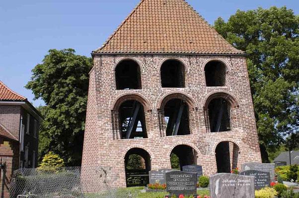 Schiefer Glockenturm in Midlum (Ostfriesland) – © Traudi