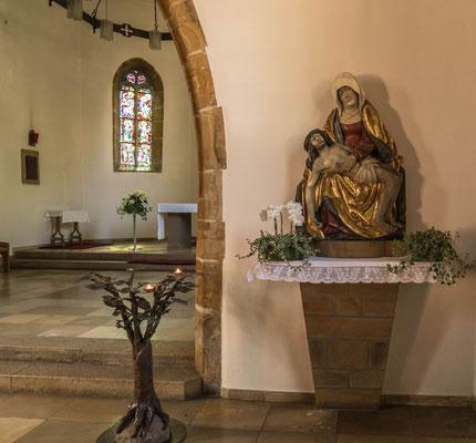 © Traudi - Auf dem rechten Seitenaltar steht ein Halb-Relief der schmerzhaften Gottesmutter unter dem Kreuz. Die Pietà ist um 1490 entstanden.