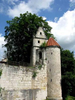 © Traudi  -  Der Wehrturm mit dem Überrest der Kapelle (?)