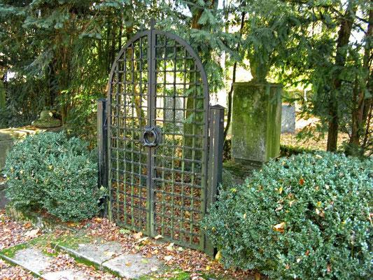 © Traudi - Eisentor vor einem Grab. Gesehen auf dem Alten Friedhof in Schorndorf.