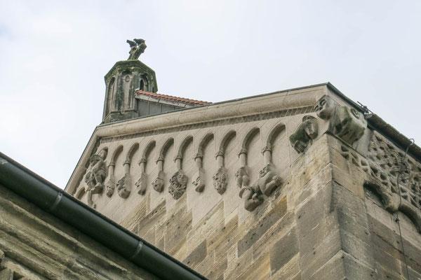 © Traudi - oben links im Bild steht die Figur des Tagesregenten, der einen Kronreif trägt.