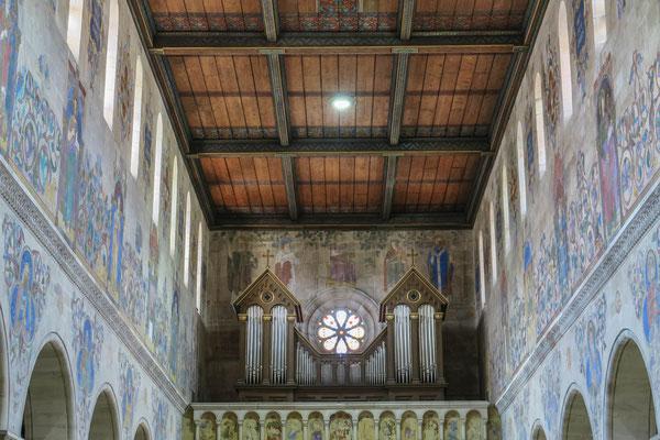 """© Traudi - Hinter der Orgel plazierete Dehner den Papst Gregor mit Tiara und König David. Die Hl. Cäcilia trohnt über der Rosette, die  Mutter der Kirchenmusik mit einer """"Portativ"""", einer Tischorgel. Rechts: Bischof Ambrosius."""