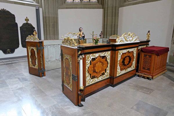 © Traudi - Mit kunstvollen Intarsien verziert und vier biblischen Figuren geschmückt: die alten Altarschranken, ursprünglich um Schiff um den Altar, heute befinden sie sich im Chor. (1739)