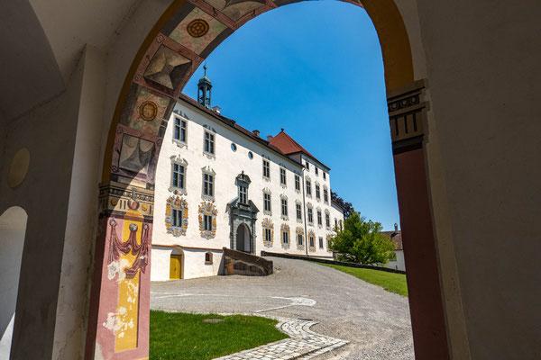 © Traudi - ehemaliges Haupttor: Blick zur Südseite des Schlosses.
